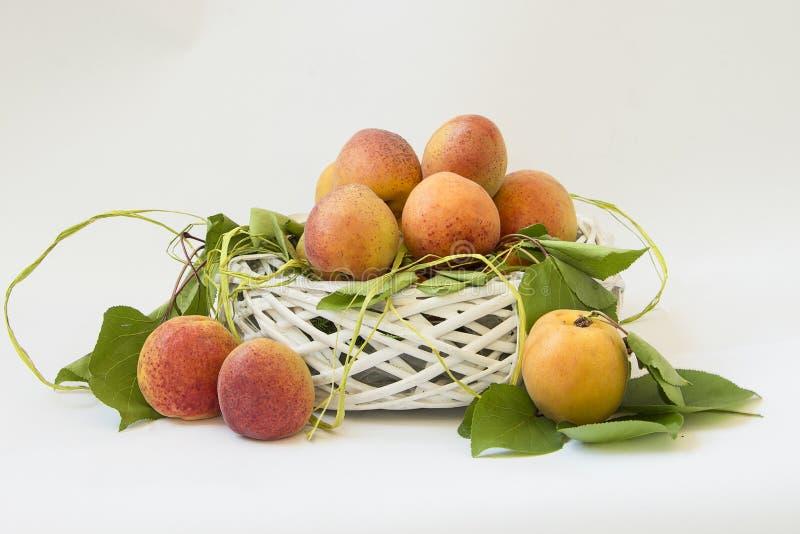 Verse abrikozen met bladeren op witte achtergrond royalty-vrije stock foto