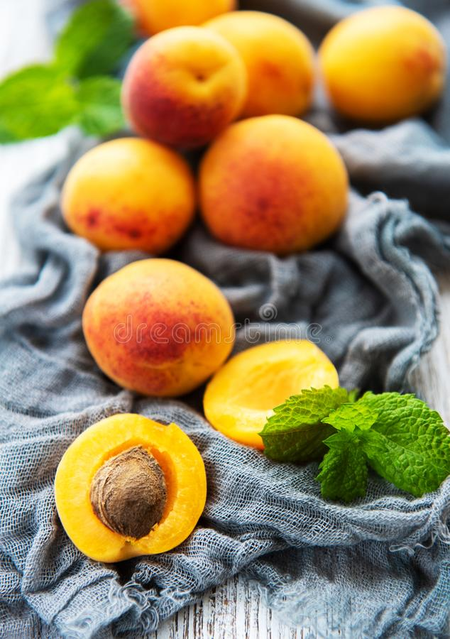 Verse abrikozen op een lijst Smaak van de zomer royalty-vrije stock fotografie