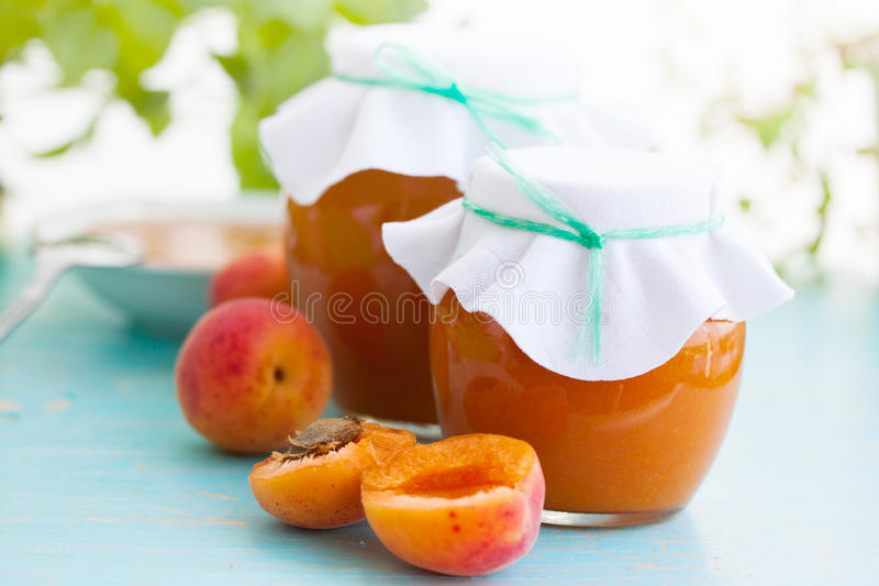 Verse abrikozenjam in een kruik stock fotografie