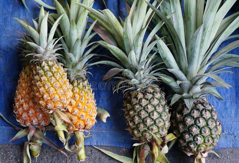 Verse ananas bij marktachtergrond royalty-vrije stock foto