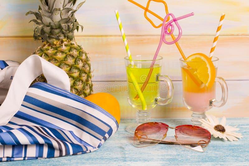 Verse ananas, cocktails en strandtoebehoren stock afbeeldingen