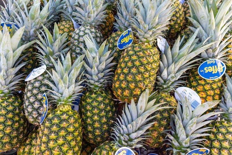 Verse ananassenvruchten bij een lokale markt, achtergrond, textuur royalty-vrije stock afbeelding
