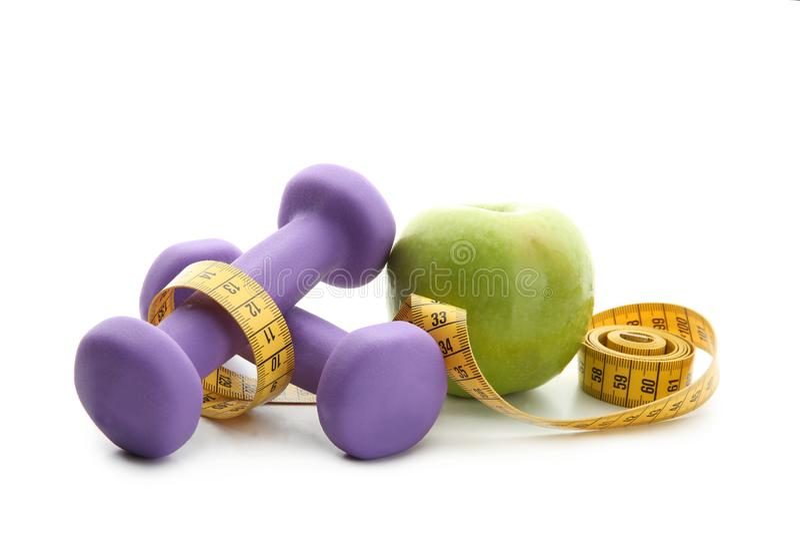 Verse appel, domoren en het meten van band op witte achtergrond Het voedsel van het dieet stock foto's