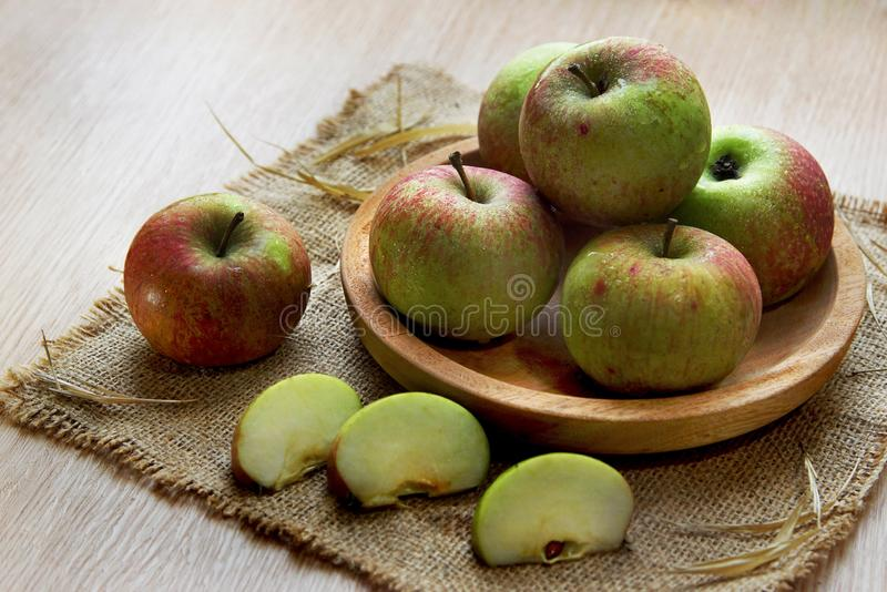 Verse appel op houten die kom op lijstbovenkant wordt gediend royalty-vrije stock afbeeldingen