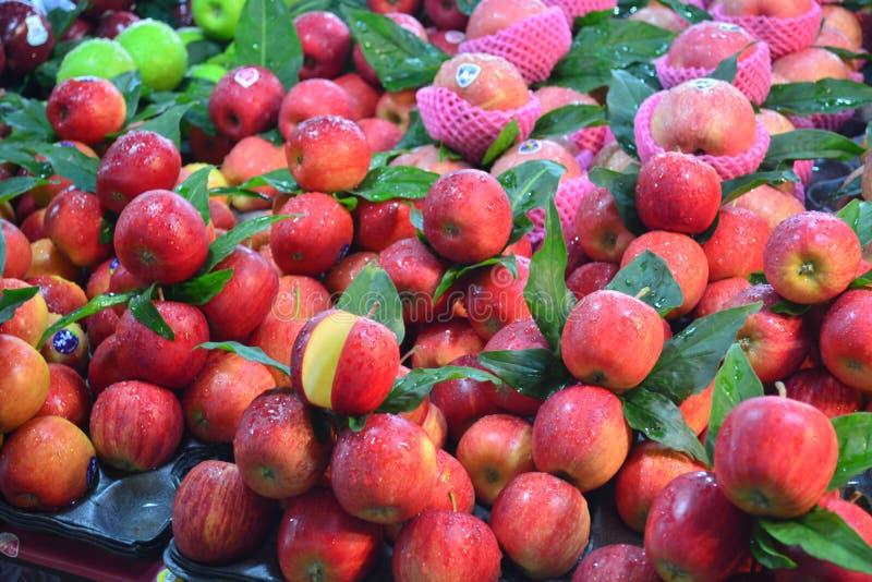 Verse appelen in de markt van Kim Yong bij hatyai in Thailand, provincie songkl stock afbeelding