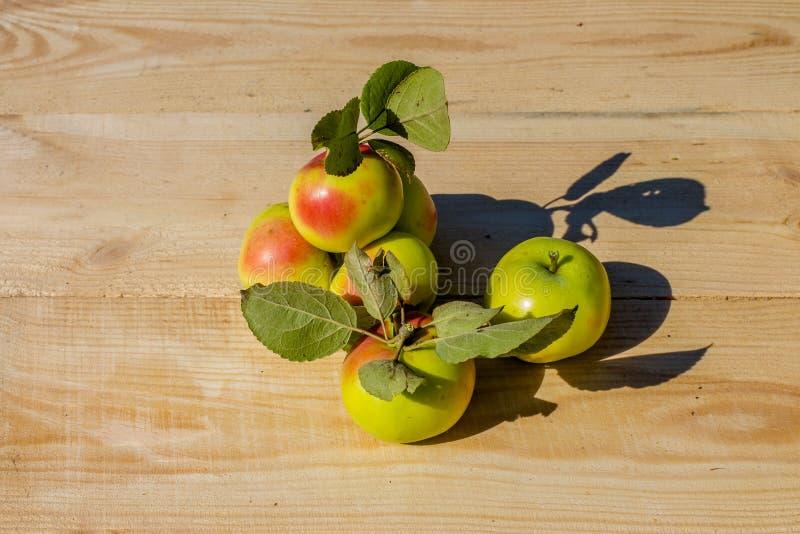 Verse appelen op houten lijst stock fotografie