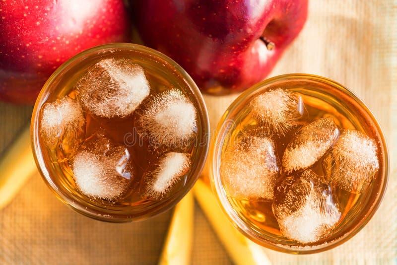 Verse appelsap of cider in glazen op lijst stock afbeeldingen