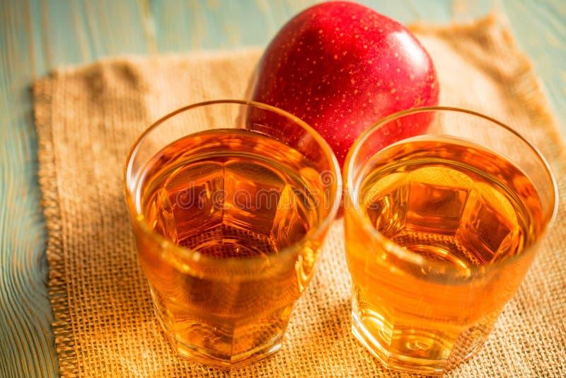Verse appelsap of cider in glazen op lijst royalty-vrije stock afbeeldingen