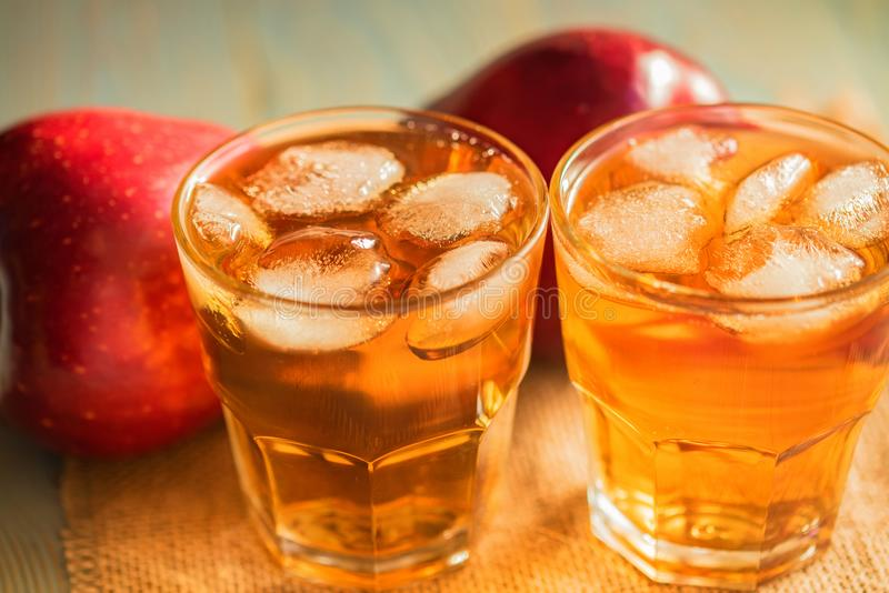 Verse appelsap of cider in glazen op lijst stock foto