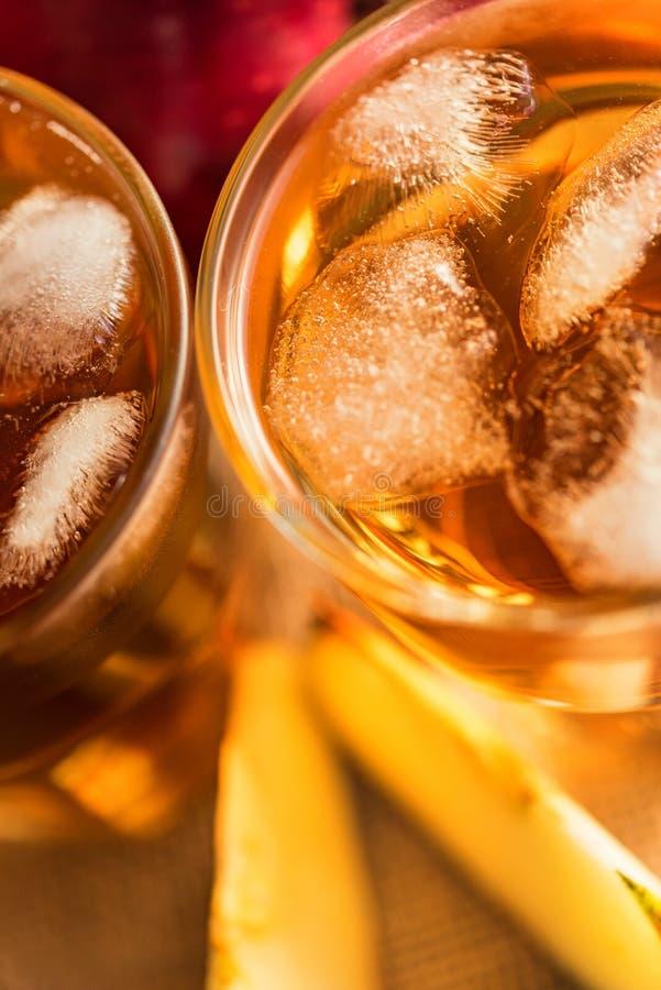 Verse appelsap of cider in glazen op lijst royalty-vrije stock afbeelding