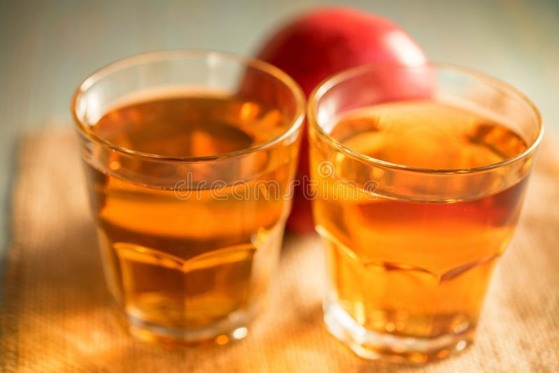Verse appelsap of cider in glazen op lijst stock afbeelding