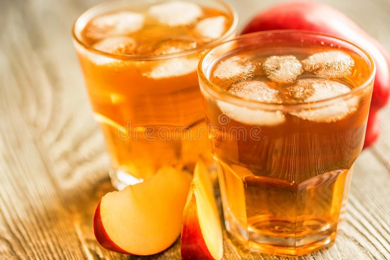 Verse appelsap of cider in glazen op lijst stock fotografie