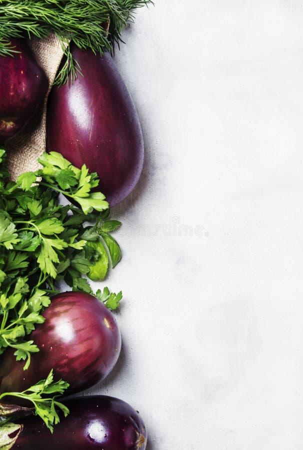 Verse aubergine en peterselie, het hoogste stilleven van het meningsvoedsel royalty-vrije stock afbeeldingen