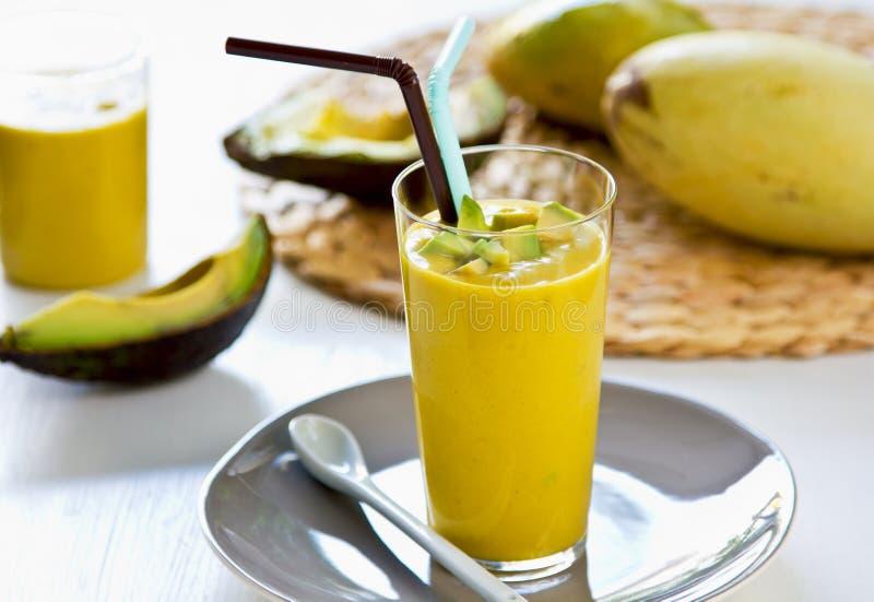Avocado met Mango smoothie stock foto's