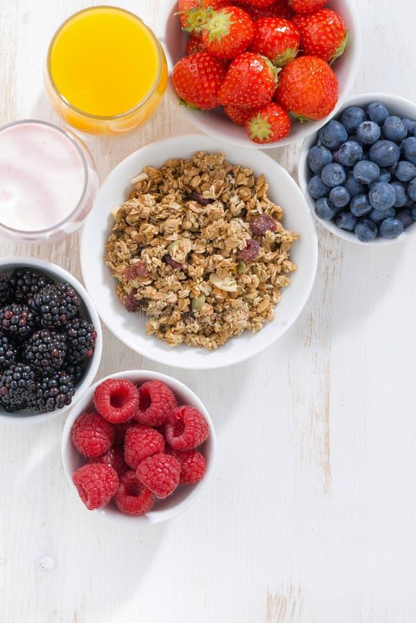Verse bessen, granola, sap en yoghurt stock afbeelding