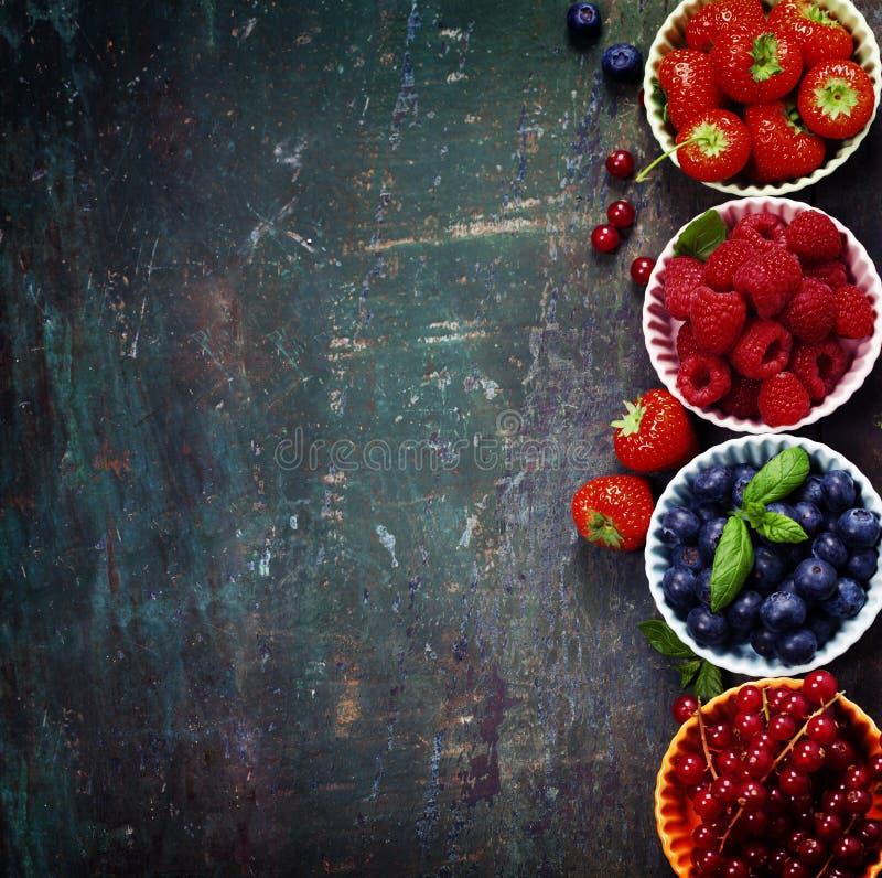 Verse Bessen op Houten Achtergrond Aardbeien, Frambozen stock foto's