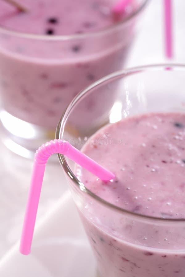 Verse bessen smoothies met melk royalty-vrije stock foto's