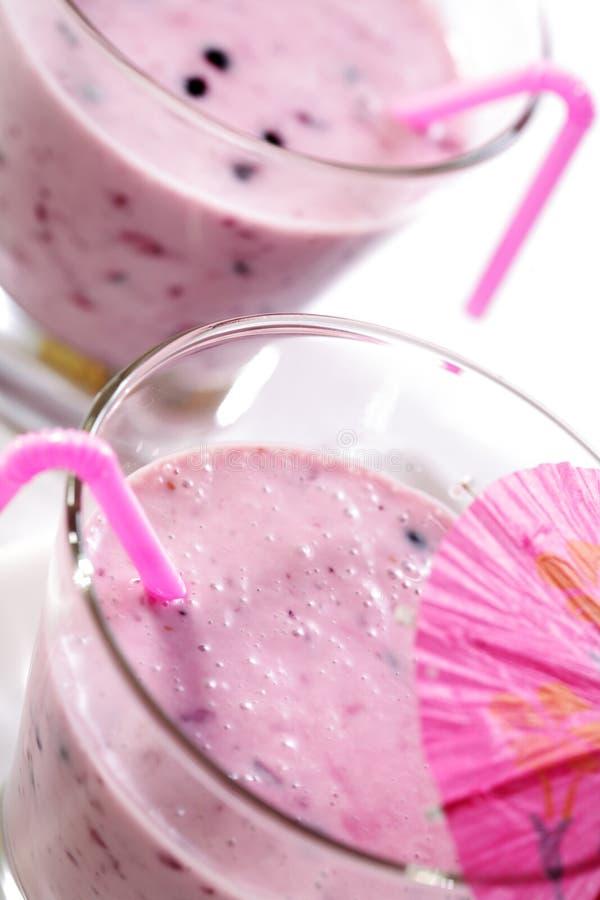 Verse bessen smoothies met melk royalty-vrije stock fotografie