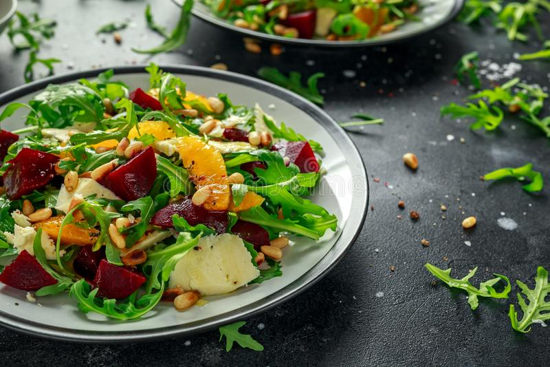 Verse Biet, Oranje salade met wilde raket, kaas en Pijnboomnoten Gezond de zomervoedsel stock fotografie