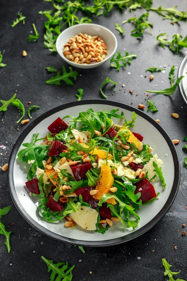 Verse Biet, Oranje salade met wilde raket, kaas en Pijnboomnoten Gezond de zomervoedsel stock afbeeldingen