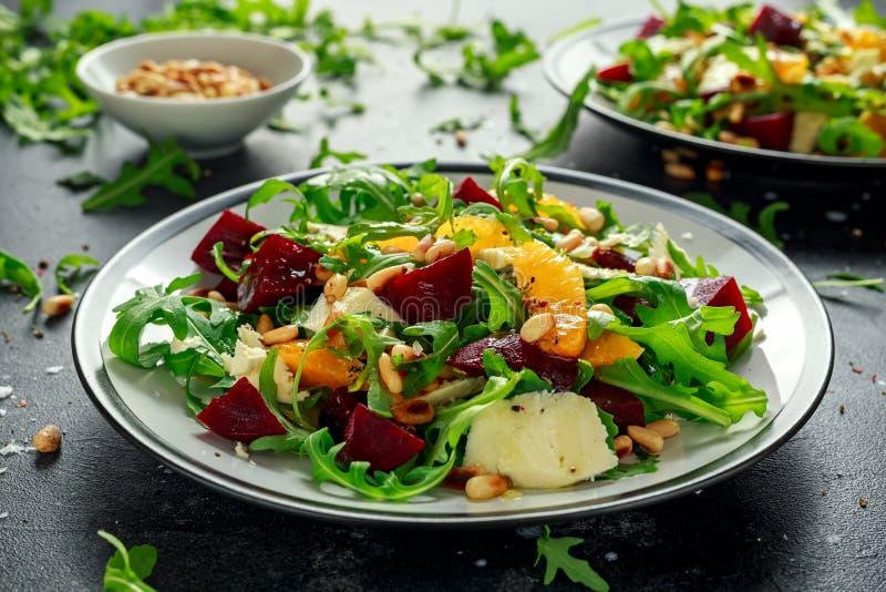 Verse Biet, Oranje salade met wilde raket, kaas en Pijnboomnoten Gezond de zomervoedsel stock afbeelding