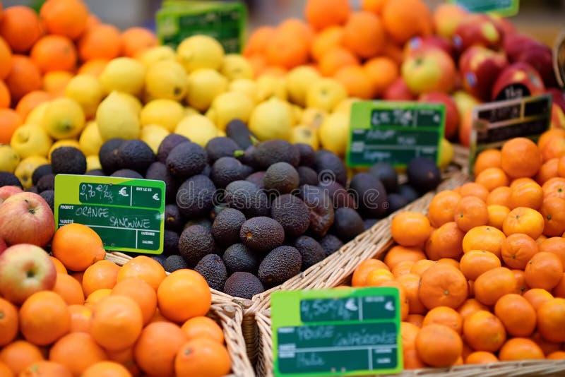 Verse biovruchten op landbouwersmarkt in Straatsburg, Frankrijk stock fotografie