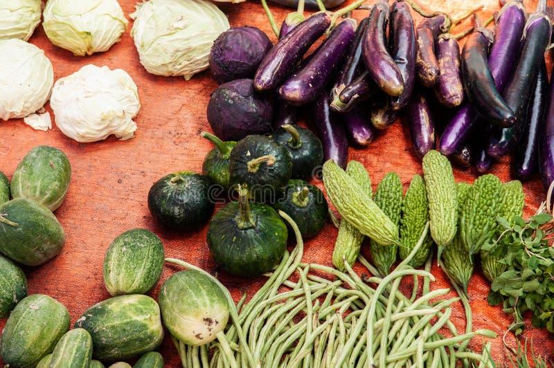 Verse Bittere pompoen, aubergine en groenten in Aziatische ochtendmarkt stock afbeeldingen