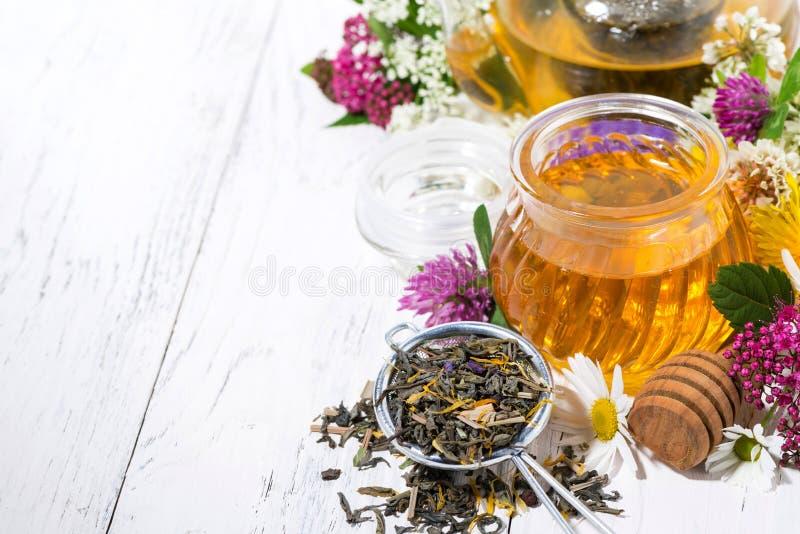verse bloemhoning, thee en ingrediënten op witte achtergrond stock foto