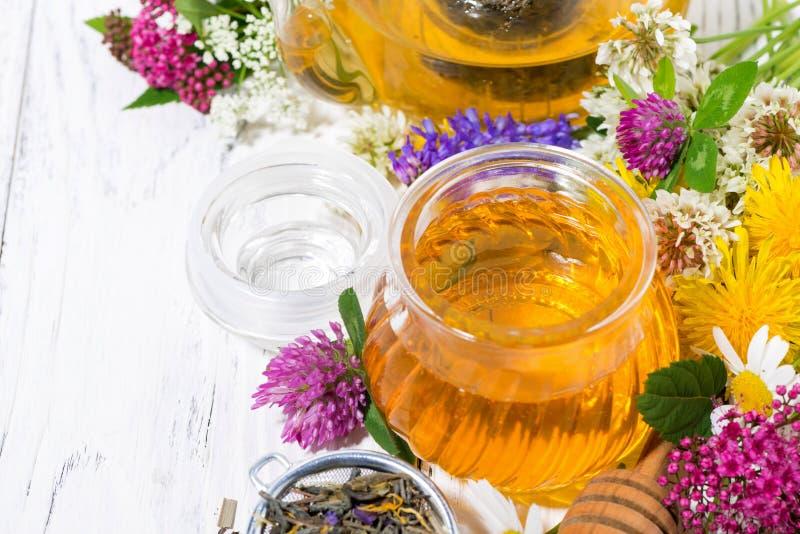 verse bloemhoning, thee en ingrediënten op witte achtergrond royalty-vrije stock fotografie