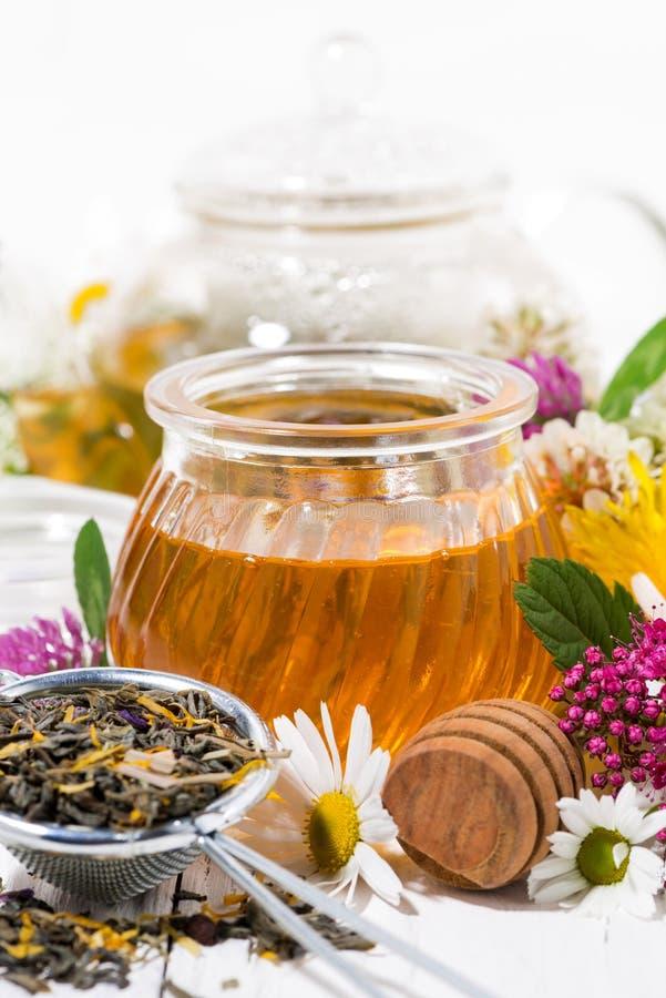 verse bloemhoning, thee en ingrediënten, verticale close-up royalty-vrije stock afbeelding
