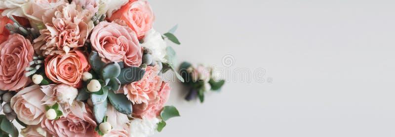 Verse bos van roze pioenen en rozen met exemplaarruimte stock foto's