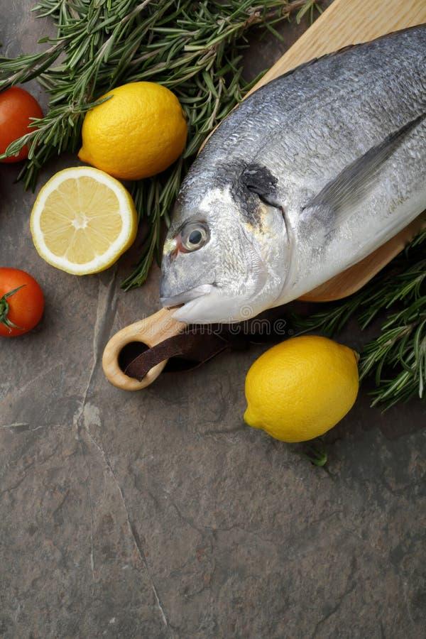 Verse brasemvissen en citroenen stock foto's