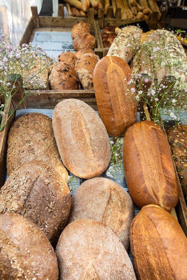 Verse broden van brood op vertoning bij landbouwersmarkt stock foto