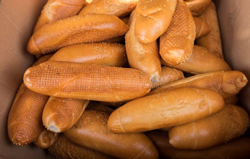 Verse broodjes in een doos bij de stadsmarkt royalty-vrije stock fotografie