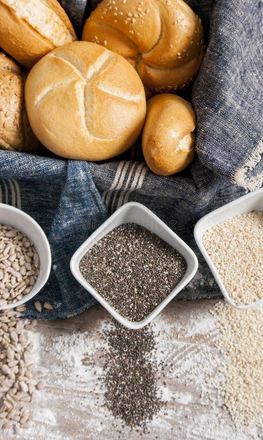 Verse broodjes en het vers gebakken brood van het papaverzaad royalty-vrije stock fotografie