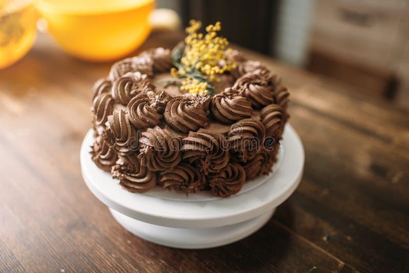 Verse cake met de roomclose-up van het chocoladekoekje royalty-vrije stock afbeelding