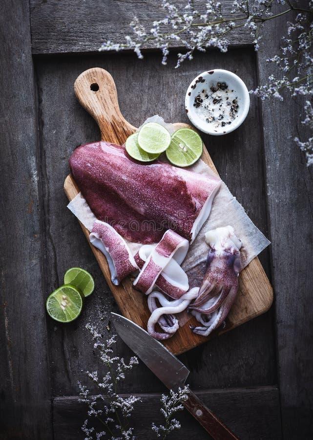 Verse Calamari of Pijlinktvis voor het Koken stock foto's