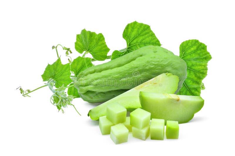 Verse chayote met groen die blad op wit wordt geïsoleerd royalty-vrije stock afbeelding