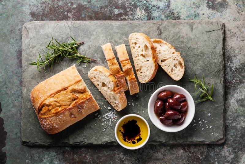 Verse ciabatta met olijfolie en olijven royalty-vrije stock afbeelding
