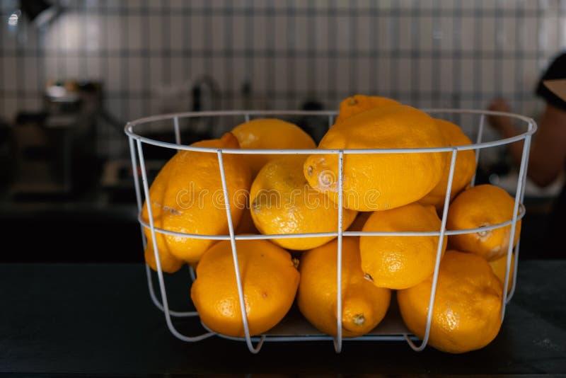 Verse Citroenen Mand van gele citroenen op koffieteller Zachte nadruk royalty-vrije stock afbeelding