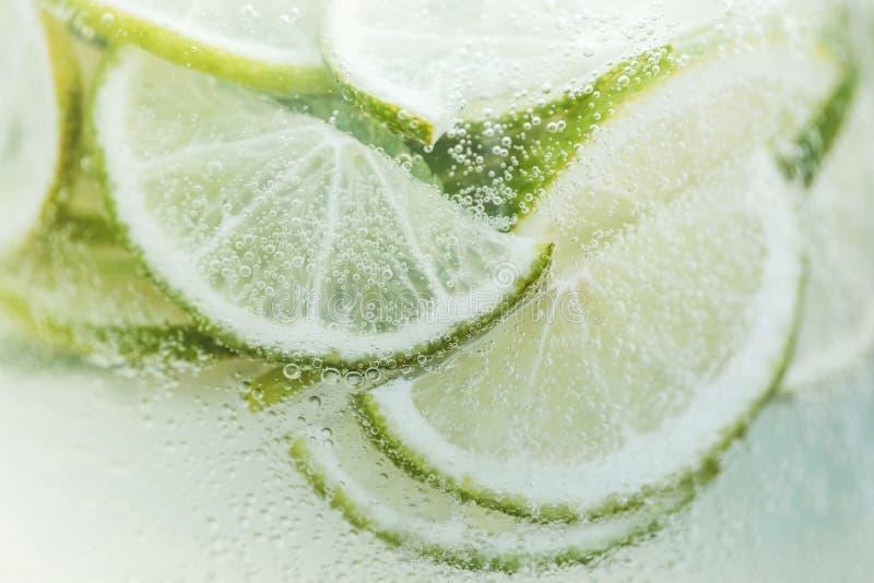 Verse citroenplakken in koude limonade met bellen stock afbeeldingen