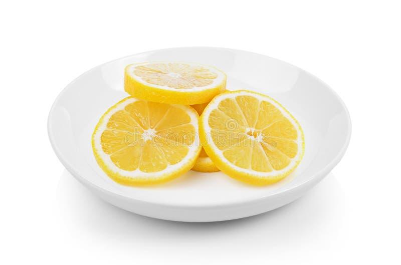 Verse citroenplakken in plaat op witte achtergrond royalty-vrije stock fotografie