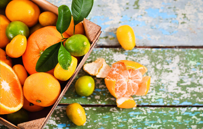 Verse citrusvruchten in de houten doos stock foto's