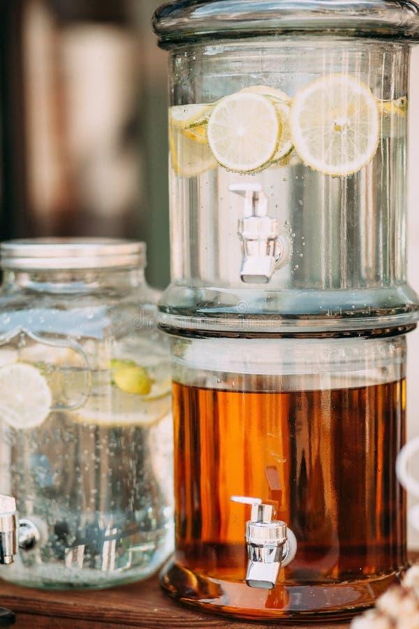 Verse citrusvruchtenlimonade met citroenen in drankautomaat royalty-vrije stock foto's