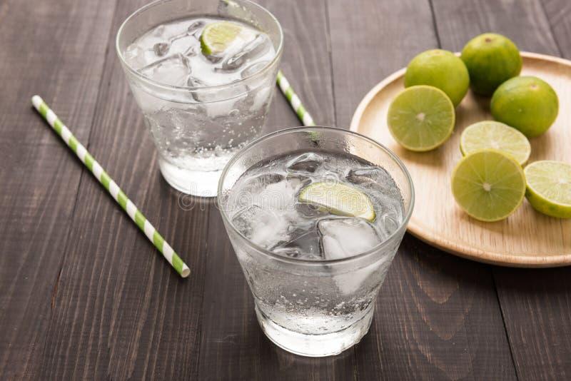 Verse cocktail met soda, kalk op een houten achtergrond royalty-vrije stock fotografie