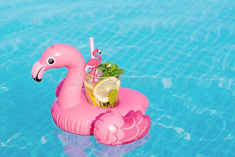 Verse coctailmojito op opblaasbaar roze flamingostuk speelgoed bij zwembad Het concept van de vakantie royalty-vrije stock afbeeldingen