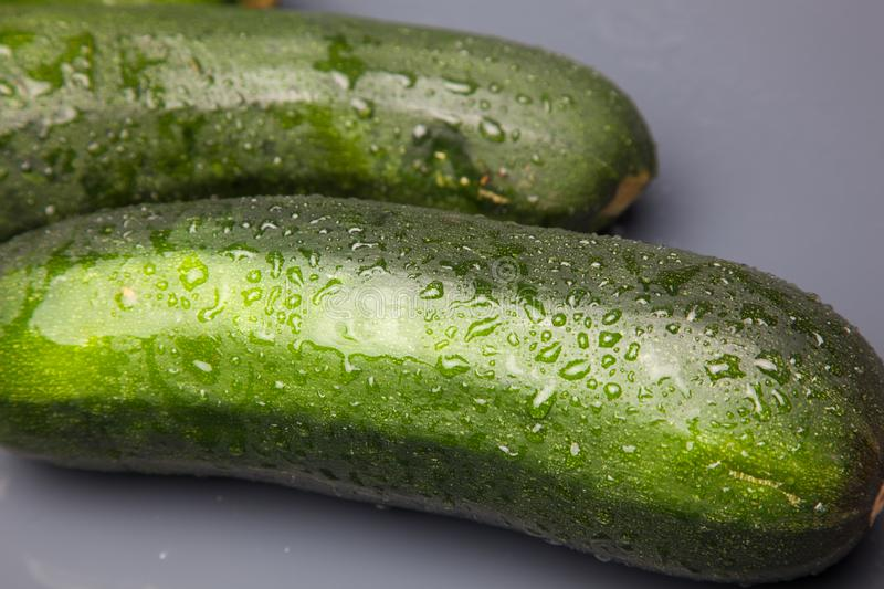 Verse courgette op witte achtergrond stock foto's