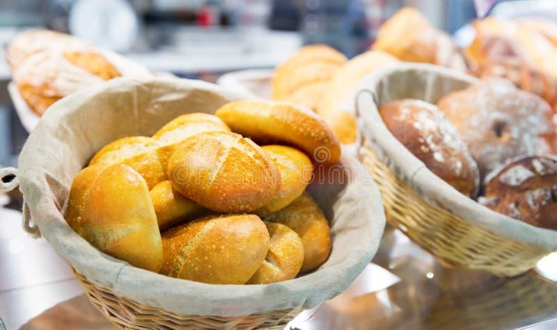 Verse croissants in de winkel royalty-vrije stock afbeelding