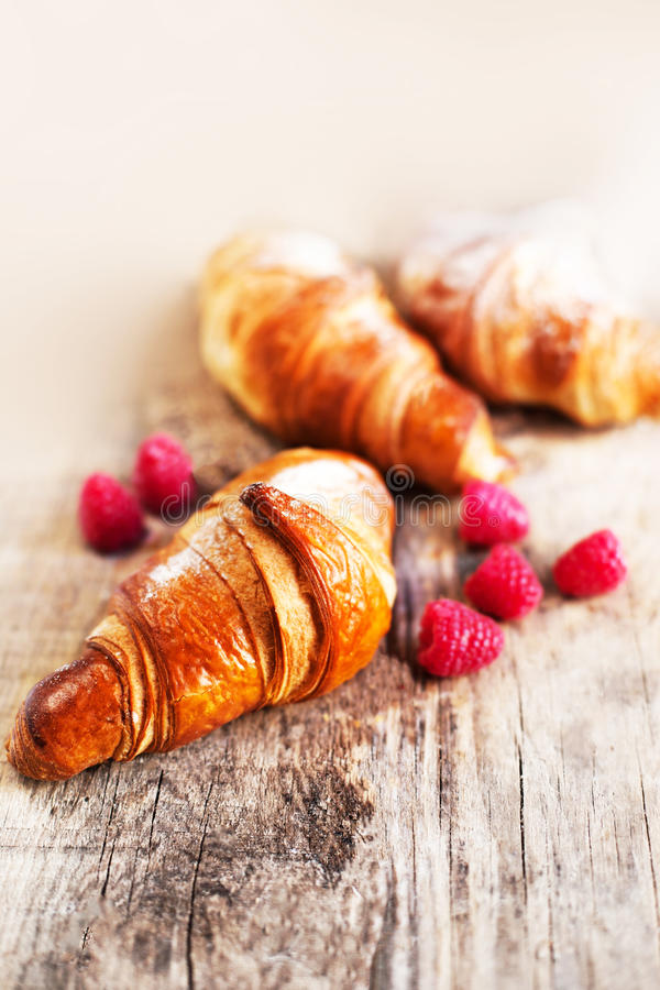 Verse croissants met bessen op een lijst Smakelijk gouden croissant royalty-vrije stock afbeeldingen