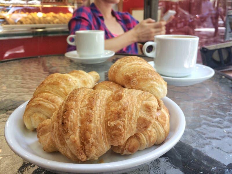 Verse croissants op plaat op koffielijst stock afbeelding